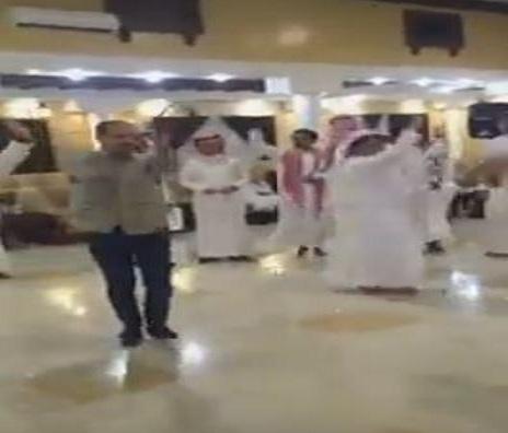بالفيديو.. مصري يشعل حفل زفاف سعودي بـ«وصلة رقص»
