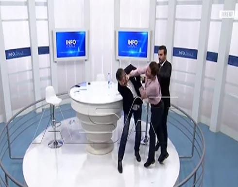 بالفيديو..لقاء سياسي على الهواء يتحول لحلبة ملاكمة