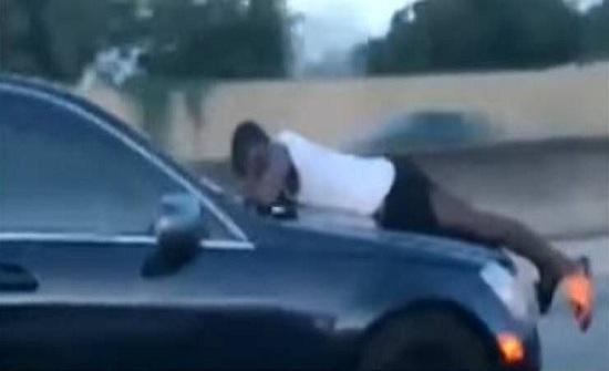 فيديو| رجل يحاول منع طليقته من قيادة السيارة ويتعلق بزجاجها!
