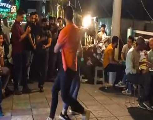 رقصة جريئة من فتاة وشاب وسط شارع في السليمانية بالعراق تتسبب بأزمة