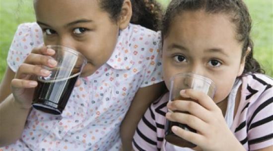 كيف تؤثر المشروبات الغازية على الأطفال؟