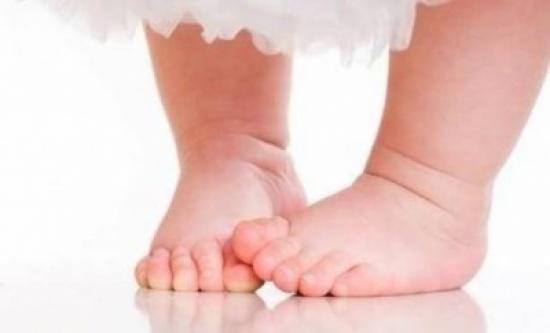 مشي الطفل حافياً يعزز نموه