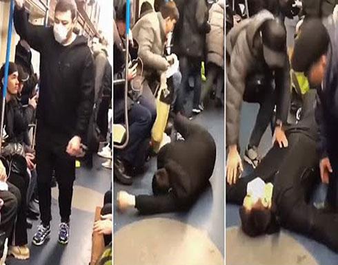 بالفيديو: شاب يسقط داخل مترو في موسكو مدعياً إصابته بـ كورونا