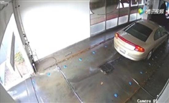 غباء سائق يتسبب في سقوط آلة غسيل على سيارته (فيديو)