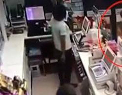 امرأة تستخدم زميلتها في العمل كدرع بشري ضد هجوم مسلح (فيديو)