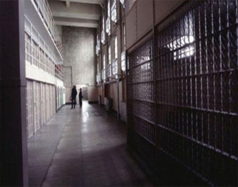 سجين يهرّب سلاحًا طوله نصف متر بطريقة صادمة لا تخطر على بال!