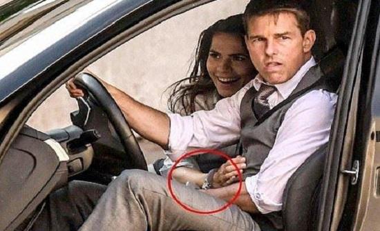 توم كروز يقود سيارة بيد مقيدة