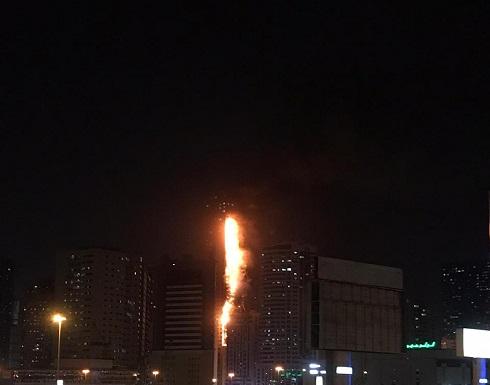 شاهد : حريق بواجهة أحد الأبراج السكنية بالشارقة