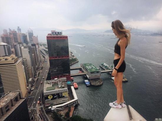 شاهد بالصور.. فتاة جميلة تلتقط أخطر صور سيلفي في العالم