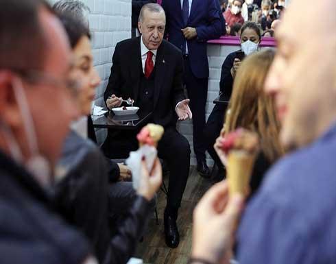 """أردوغان يوقف موكبه في مدينة إسطنبول ليتناول """"البوظة"""" .. بالفيديو"""
