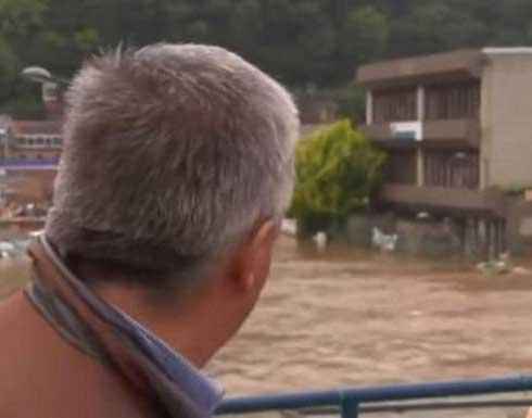 """شاهد.. لحظة انهيار منزل """"على الهواء"""" في بلجيكا أثناء مقابلة مع رئيس البلدية"""