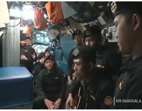 """شاهد : طاقم الغواصة الإندونيسية المنكوبة يؤدي أغنية """"الوداع"""""""