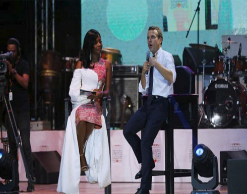 شاهد: إيمانويل ماكرون يغني في ملهى ليلي في إفريقيا
