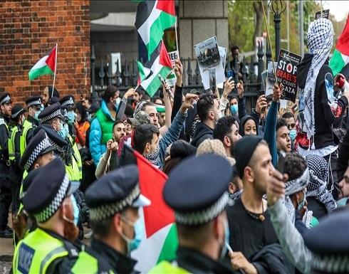 السلطات البريطانية تحقق مع شرطية هتفت لفلسطين
