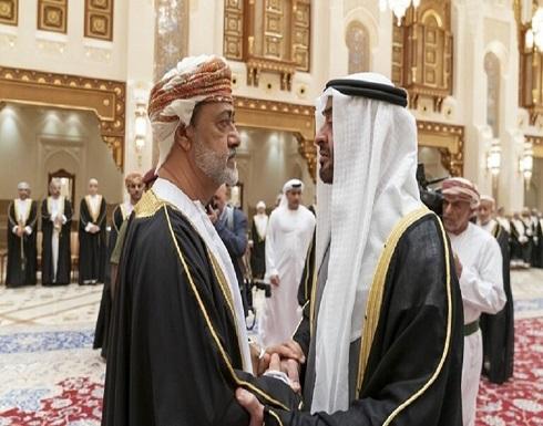 نشطاء يفسرون عادة عمانية رصدتها الكاميرات بين السلطان هيثم ومحمد بن زايد