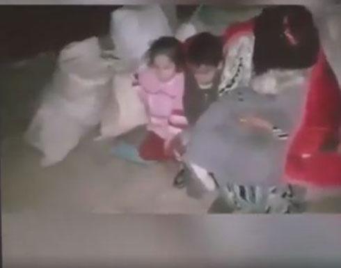 بالفيديو : ضابط تركي يبكي عند رؤيته عائلات سورية تنام في العراء هربا من الحرب