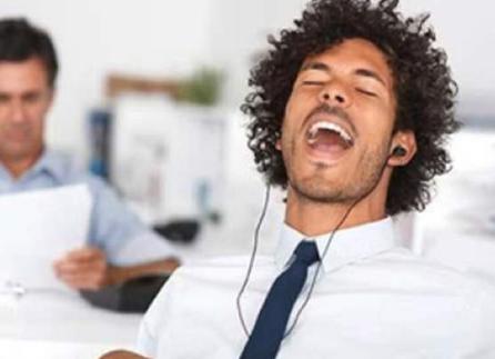 عليكم بالعزف والغناء خلال العمل.. مفعولهما سحريّ!