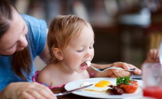 طرق سهلة لفتح شهية طفلك.. اجعلي الطعام لعب ومرح