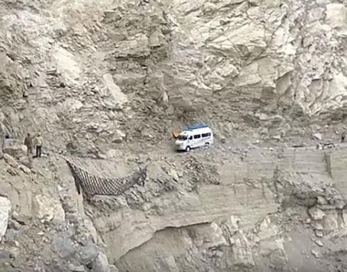 لقطات مرعبة لـ«باص» يتأرجح على حافة منحدر هائل (فيديو)