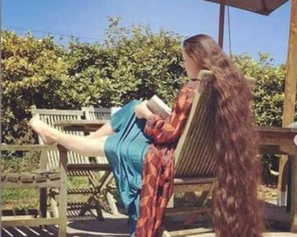 شعرها يصل إلى الأرض ولم تغسله منذ 20 عاما (صور)