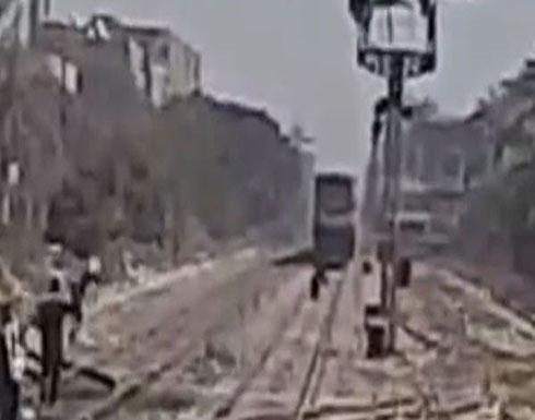 بالفيديو .. إنقاذ مصرية حاولت الانتحار أسفل قطار بالصعيد