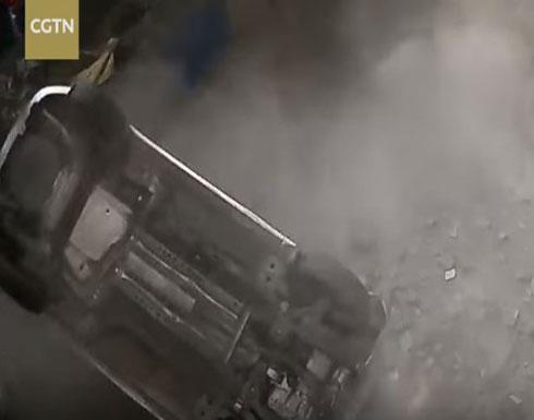 «فلاشة» تتسبب في سقوط سيارة من الطابق الثاني (فيديو)