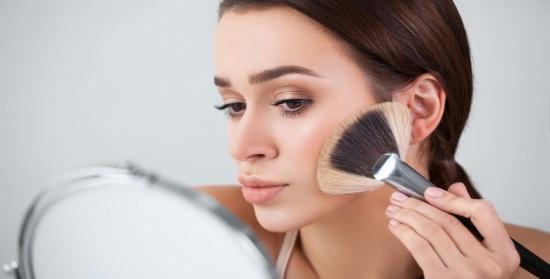كيف تثبتين المكياج على بشرتك الدهنية؟