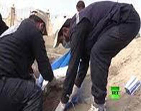 """بالفيديو : هذا ما خلفه """"داعش"""" في أكبر مقبرة بمدينة الرقة السورية"""