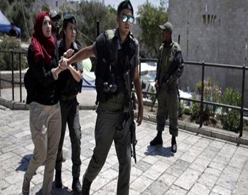 بالفيديو : الاحتلال يعتدي على مقدسية قبل اعتقالها بباب الرحمة
