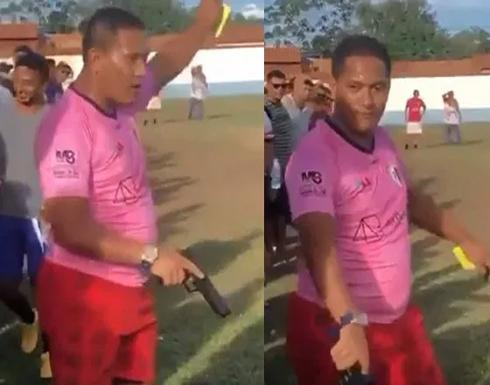 بالفيديو.. حكم يستعين بمسدس بديلاً عن الصافرة خلال مباراة كرة قدم  في المكسيك