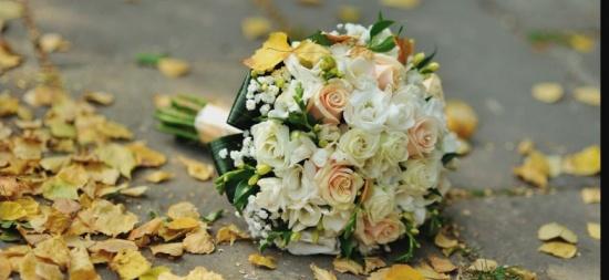 عروس تشعل التواصل الاجتماعي.. لن تتخيل من أي شيء صنعت باقة زفافها