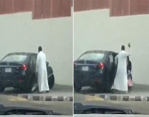 بالفيديو : أب عربي يعنف ابنته ويضربها بقوة بعد خروجها من المدرسة