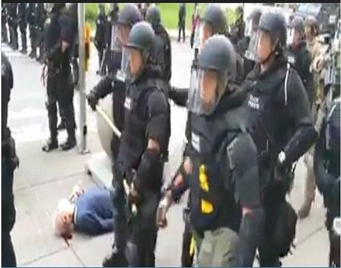 الشرطة الأمريكية تعتدى على مسن فى احتجاجات جورج فلويد.. بالفيديو