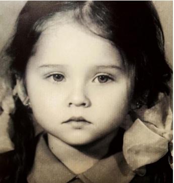 بالصور - خمنّوا هذه الطفلة أي نجمة عربية أصبحت... وحصلت على الماجيستير أخيراً!