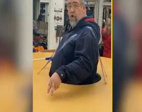 بالفيديو.. حيلة غريبة لشخص إيطالي للوقاية من كورونا