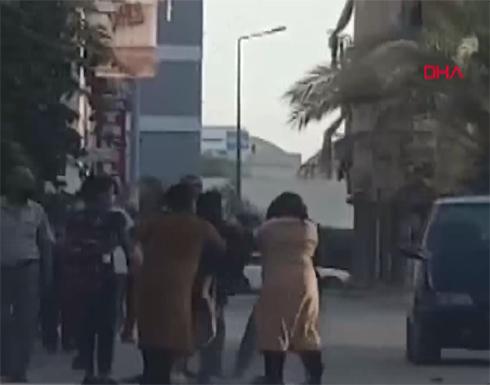 حادثة غريبة في أنطاليا.. 3سيدات يتصارعن وسط الشارع ولا أحد يتدخل (فيديو)