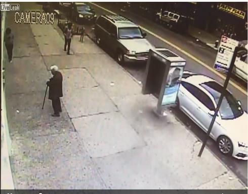 بالفيديو: لحظة اعتداء مشرد على امرأتين مسنتين في الشارع