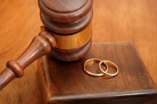 طلبت الطلاق بعد أسبوعين لأن زوجها يقوم بجميع الأعمال المنزلية
