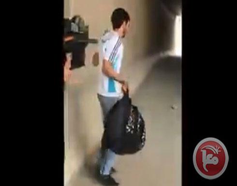 شاهد ..جيش الاحتلال يطلق النار على شاب فلسطيني بعدما سمحوا له بالذهاب