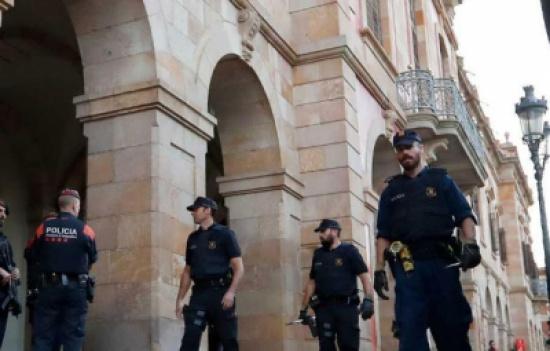 """الشرطة تحاصر برلمان برشلونة مع اقتراب """"الإعلان الهام"""""""