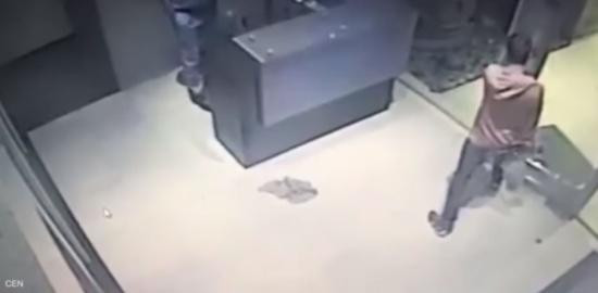 في الأرجنتين بالفيديو: لحظة واحدة فصلت هذا الشاب عن موت محقق