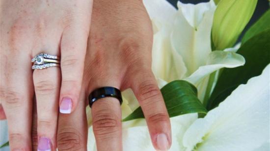 لماذا يوضع خاتم الزواج في البنصر؟