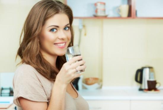 5 فوائد صحية لتناول الماء على معدة فارغة