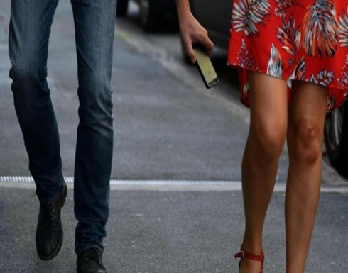 رجل ينقذ فتاة من التحرش في المواصلات العامة