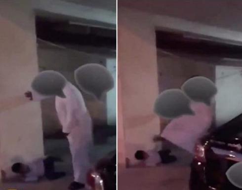 بالفيديو : أب عنيف يركل ابنه بقدمه والأم العاجزة توثق الواقعة لإنقاذه في بلد عربي