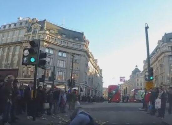 بالفيديو.. رجل منحوس يسقط أرضا ويملأ طريقا مزدحما بالبطاطا