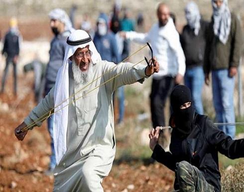 """بالقمباز والمقلاع.. الفلسطيني """"أبو العبد"""" يقاوم الاحتلال- (صور)"""