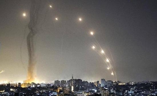 أكثر من ألف صاروخ أطلق على إسرائيل.. وشهيد بقصف سيارة بغزة