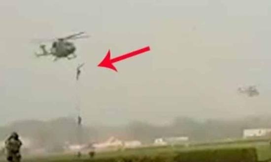 بالفيديو: ارتطام ثلاثة جنود هنود بالأرض من ارتفاع 15 متر أثناء نزولهم من طائرة هليكوبتر