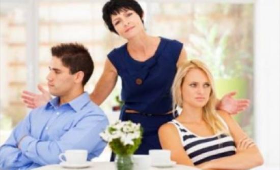 احذر الجمع بين زوجتك ووالدتك في بيت واحد لهذه الأسباب